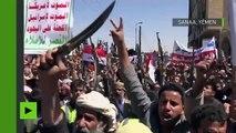 Armes en mains et bras levés, les Yéménites manifestent contre les récentes frappes saoudiennes