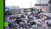 Des tas d'ordures bloquent l'entrée de l'usine de retraitement des déchets d'Ivry-sur-Seine