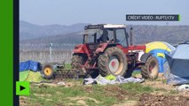 Armé de son tracteur, un fermier grec a tenté de détruire un camp de réfugiés monté dans son champ