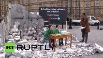 Londres : des cours improvisés dans la rue rappellent que 2,8 millions d'enfants sont privés d'école