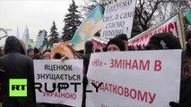 Devant la Rada, des paysans en colère décorent des sapins de Noël … avec des têtes de vaches