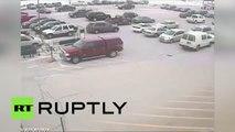 Un retraité fait un carton sur le parking d'un centre commercial au volant de sa voiture