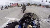 Ce motard se gamelle bien comme il faut en essayant de se la peter au feu rouge
