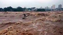 Ce surfeur ride prend les vagues d'un fleuve en crue !