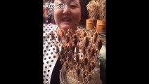 Cette chinoise mange des brochettes de scorpions vivants... Miam