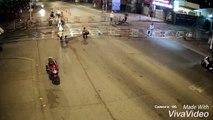 Un motard arrive trop vite et percute une barrière d'un passage à niveau.