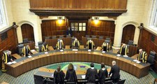 Yüz Kızartıcı Suçtan Yargılanan Baba, Mahkeme Salonunda Boğazını Kesti