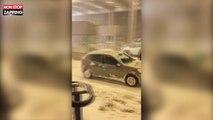 Un chasse-neige pousse une voiture bloquée par la neige (Vidéo)