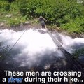 Il traverse un pont extrêmement dangereux