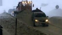 Coincé dans la neige à la frontière française, un chasse-neige aide une voiture