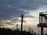 Hélicoptère stationnaire dans le ciel de Combs-la-Ville
