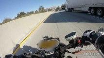 Un motard glisse sous la remorque d'un camion
