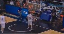 Un joueur fait tomber le panier de basket sur son adversaire après un dunk !