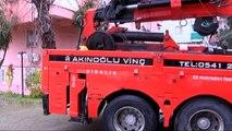 Kadıköy'de toprak kayması sonucu askıda kalan otomobiller kurtarıldı