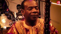 "Toumani Diabaté et le Symmetric Orchestra interprètent ""Mali Sadio"""