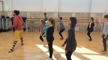 Gianni Joseph anime un stage de danse contemporaine