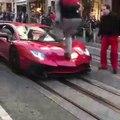 Il saute pieds joints sur une Lamborghini Aventador et va le regretter