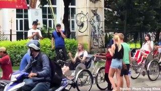 EXID ngồi xích lô dạo quanh phố phường