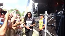 Lets remember when waka flocka thought the sign language interpreter was dancing and starts dancing with her (1-03) - 9GAG