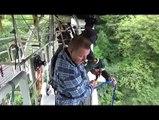 Extreme  Bungee Jump en jouant de la cornemuse