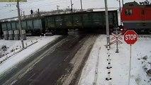 Un camion n'arrive pas à freiner et se retrouve sur la voie ferrée au moment du passage d'un train