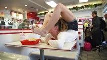 Sofie Dossi la contorsionniste virée du In & Out pour avoir mangé avec ses pieds