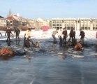 Des dizaines de cavaliers se retrouvent piégés dans les eaux d'un lac gelé après que la glace ait cédée