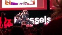 Bruxelles: l'artiste Deborah De Robertis est trainée de force hors de scène