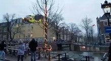 Un hélicoptère atterrit et se pose sur un pont à Amsterdam