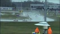 Gros carambolage pendant une course de karting sur une piste du Mans