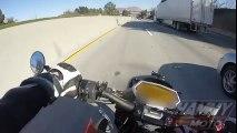 Ce motard glisse sous un camion à pleine vitesse sous l'autoroute !