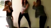 Des filles dansent sur un canapé