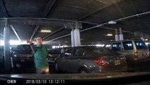 Cette folle vole une place de parking... à pieds !