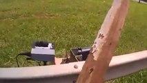 Un motard explose un radar en mettant des coups avec une barre en bois !