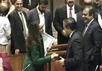 Watch How Senator Sherry Rehman Congratulates Saleem Mandviwala? Hug