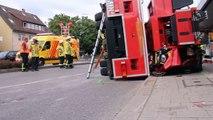 Un pompier rate un virage avec la grande échelle