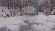 Un chauffeur met son camion en travers dans chaque virage sur une route de montagne enneigée