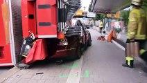 Ce camion de pompier rate un virage bien comme il faut