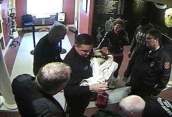 Sauvetage d'un chien par des policiers