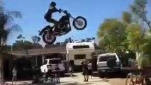 Il tente un saut sur une rampe en Harley-Davidson mais ce n'était pas une bonne idée