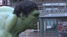 Regardez Hulk arrêter le trafic routier en Angleterre