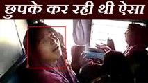 ट्रेन में छुपकर महिला कर रही थी गंदा काम, पैसेंजर्स ने कर दी जमकर पिटाई