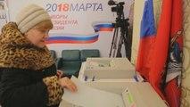 Abren los colegios electorales en Moscú para las presidenciales rusas