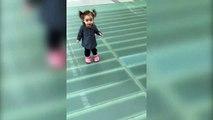 Cette fillette adorable ne peut plus bouger car elle a peur du vide