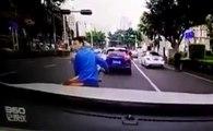 Un scooteriste veut calmer le mauvais gars et se fait punir !