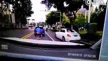 Ce gars en scooter cherche les ennuis au mauvais automobiliste... Dur dur
