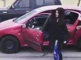 Une fille marche à côté de sa voiture en marche et ça finit mal !