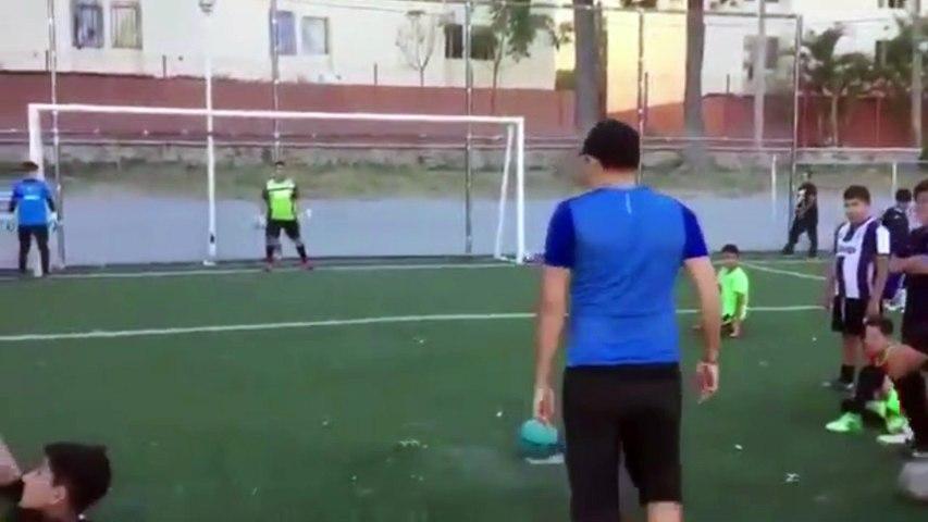 Un jeune homme utilise une technique géniale pour marquer un penalty à coup sûre !