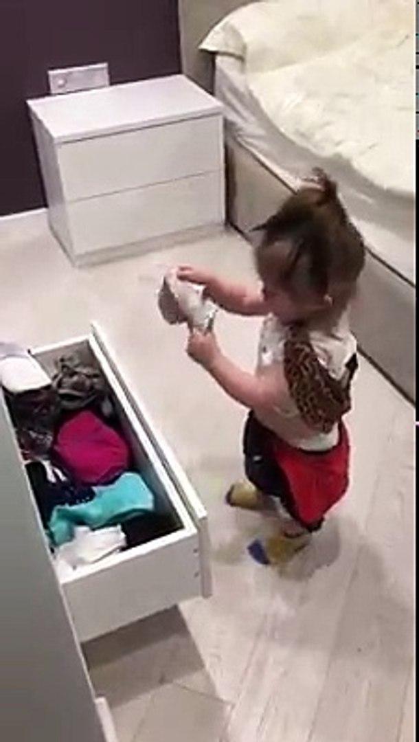 Annesinin Giyisilerine Merakli Kucuk Hanim Twerk