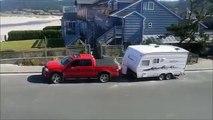 Faire un demi-tour avec sa caravane quand on sait pas conduire, c'est pas facile !